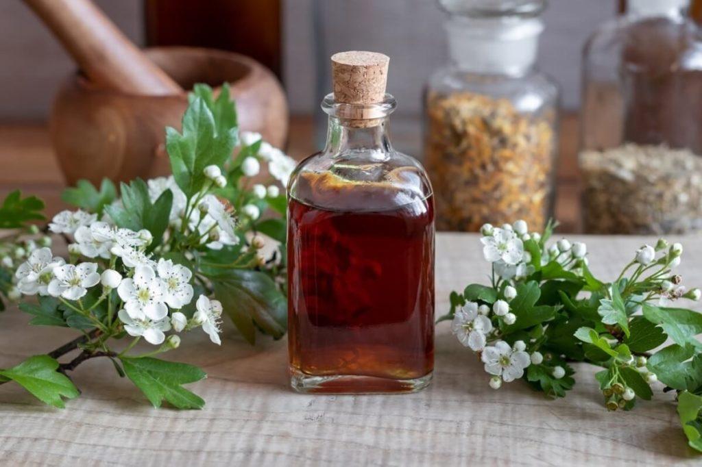 Бутылочка с настоем из цветов боярышника