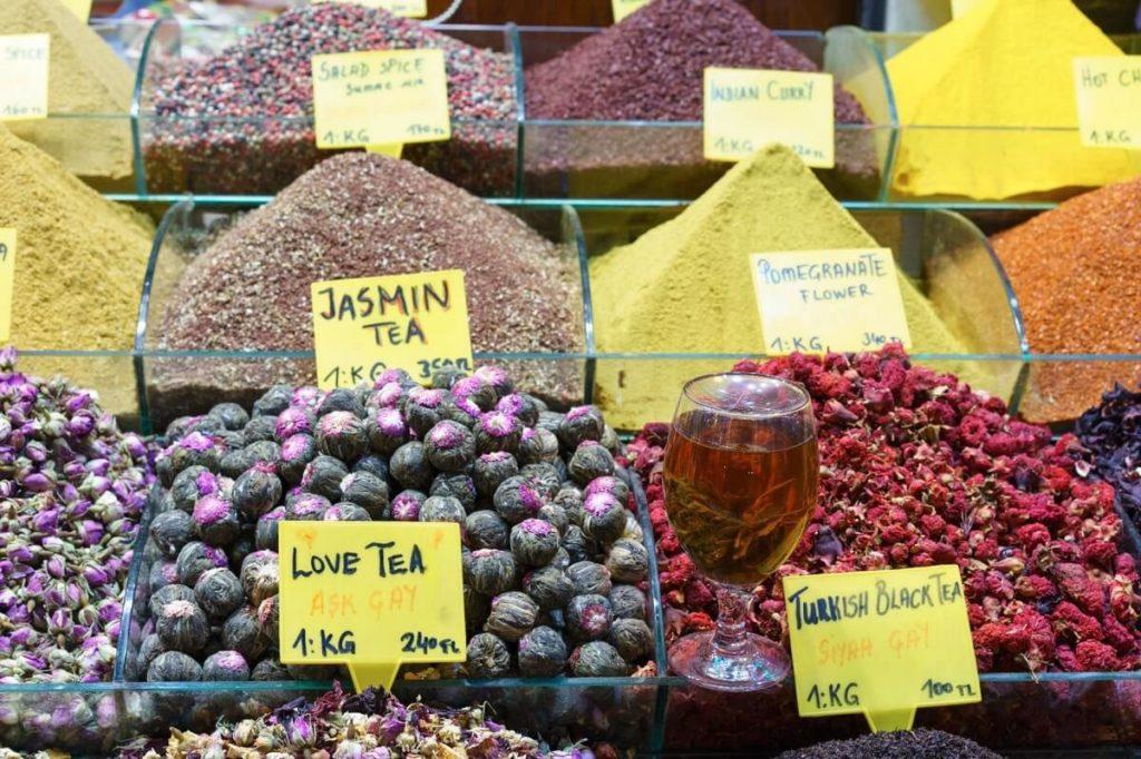 Гранатовый чай на Египетском базаре в Стамбуле
