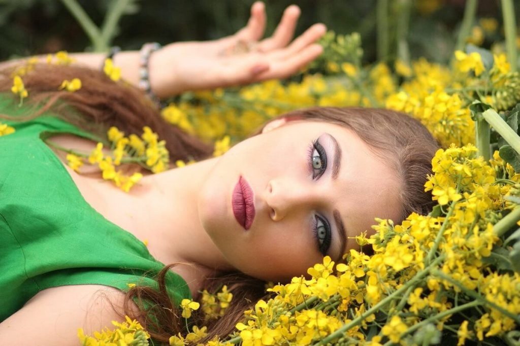 Девушка в траве сенне