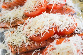 Кета под помидорами и сыром