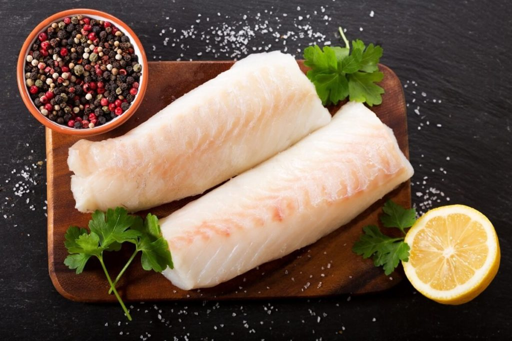Филе рыбы конгрио на разделочной доске