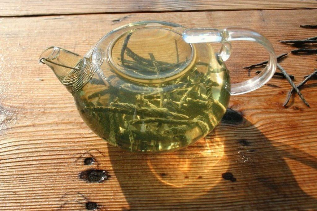 Заваренный чай кудин в стеклянном чайнике