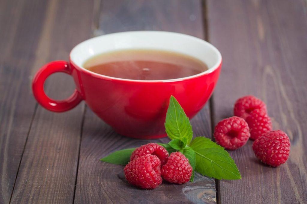 Чашка малинового чая
