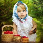 Девочка и малина в лукошках