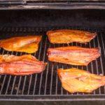 Тушки рыбы в коптильне