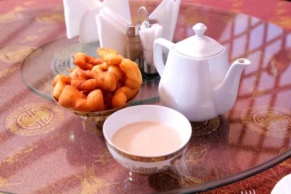 Калмыцкий чай с традиционной выпечкой