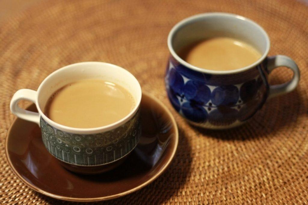 Чай с молоком в чашках