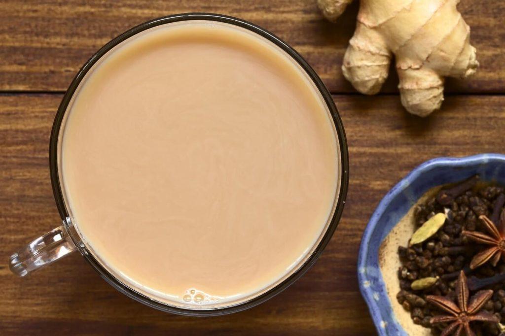 Чай с молоком, имбирем и другими специями