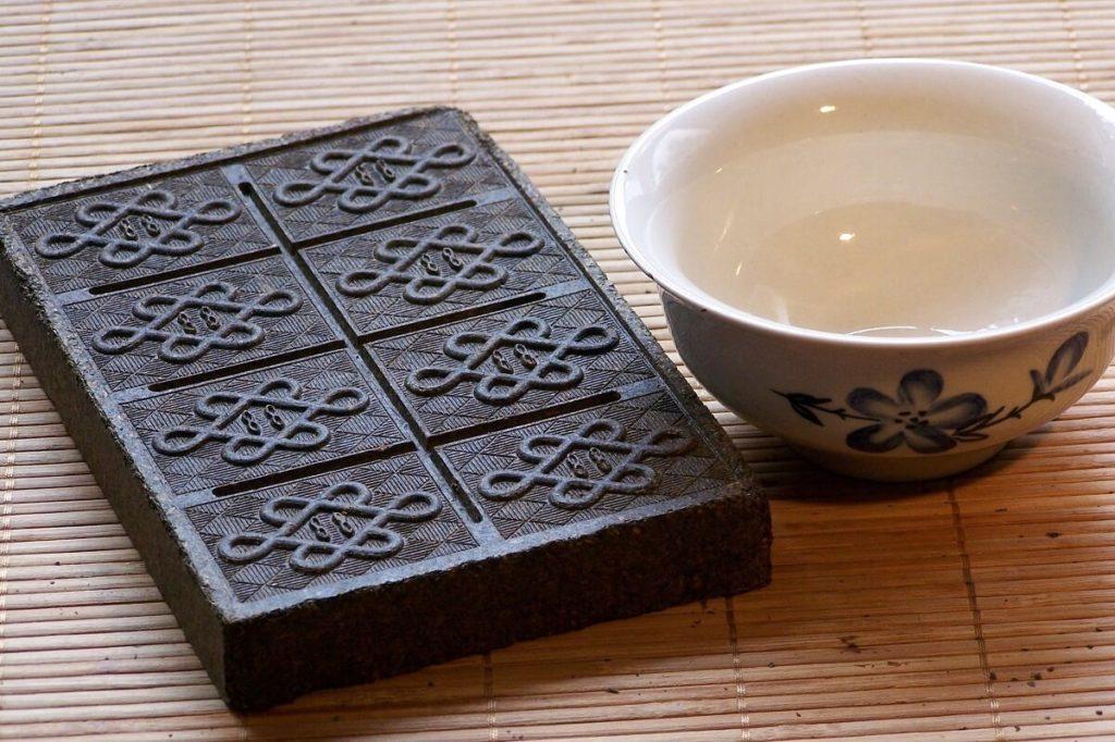 Плитка пресованного чая и пиала