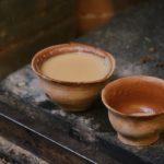 Чай масала в чашках из глины