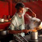 Индус заваривает чай масала