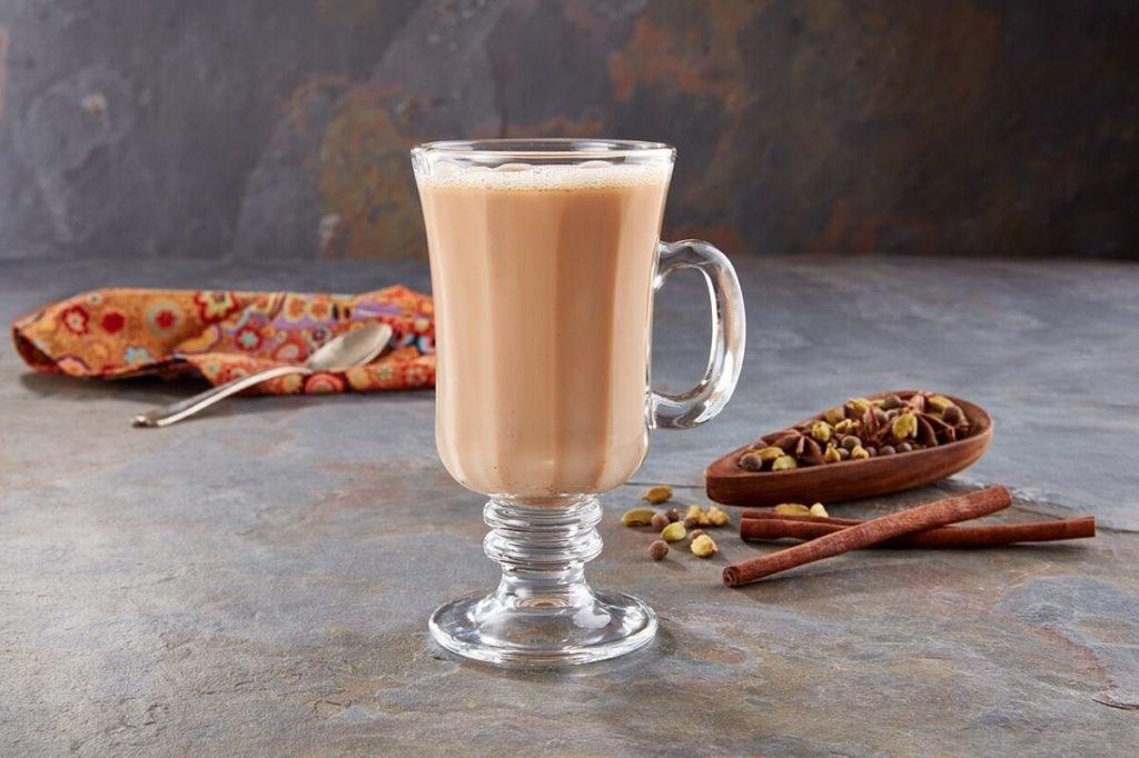 Чай масала в стакане и специи