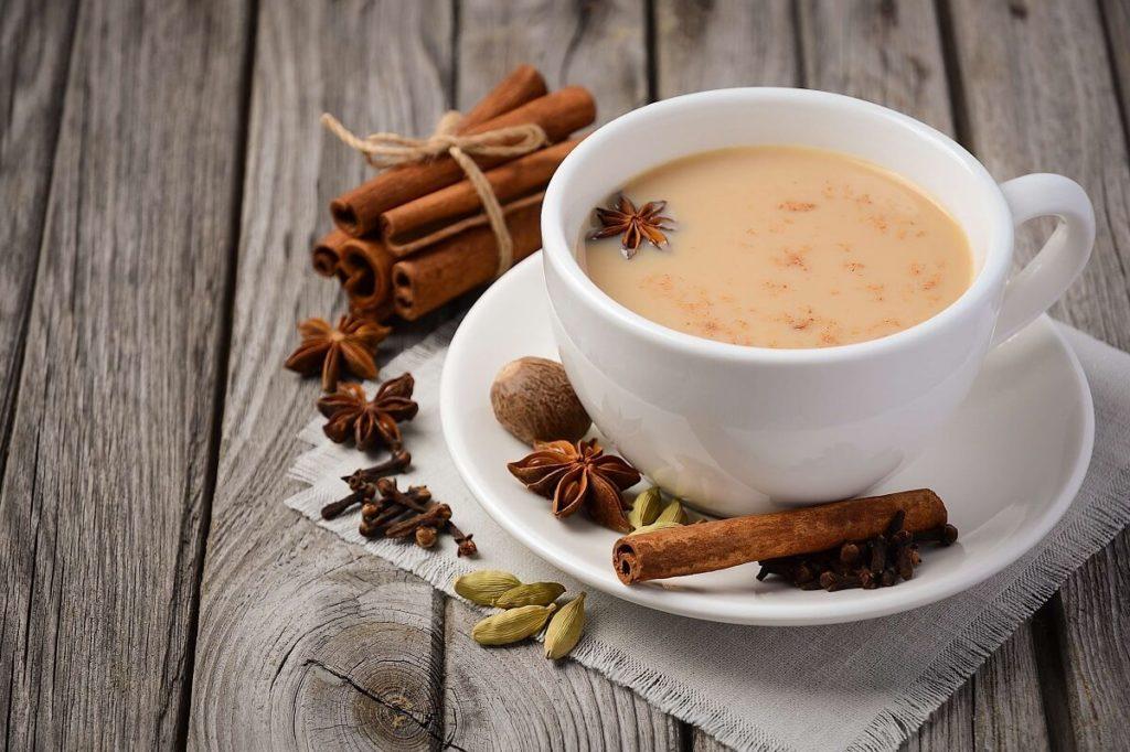 Чай масала в чашке и специи