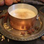 Кастрюлька с заваренным чаем масала и специи