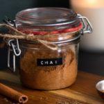 Смесь измельченных специй в баночке для чая масала