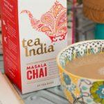 Чай масала в упаковке и заваренный в чашке
