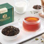 Заваренный и сухой чай масала с молоком и специями