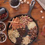 Специи на сковороде для чая масала