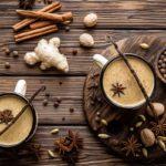 Чай масала в чашках и специи