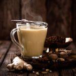 Чай масала в стеклянной чашке и специи