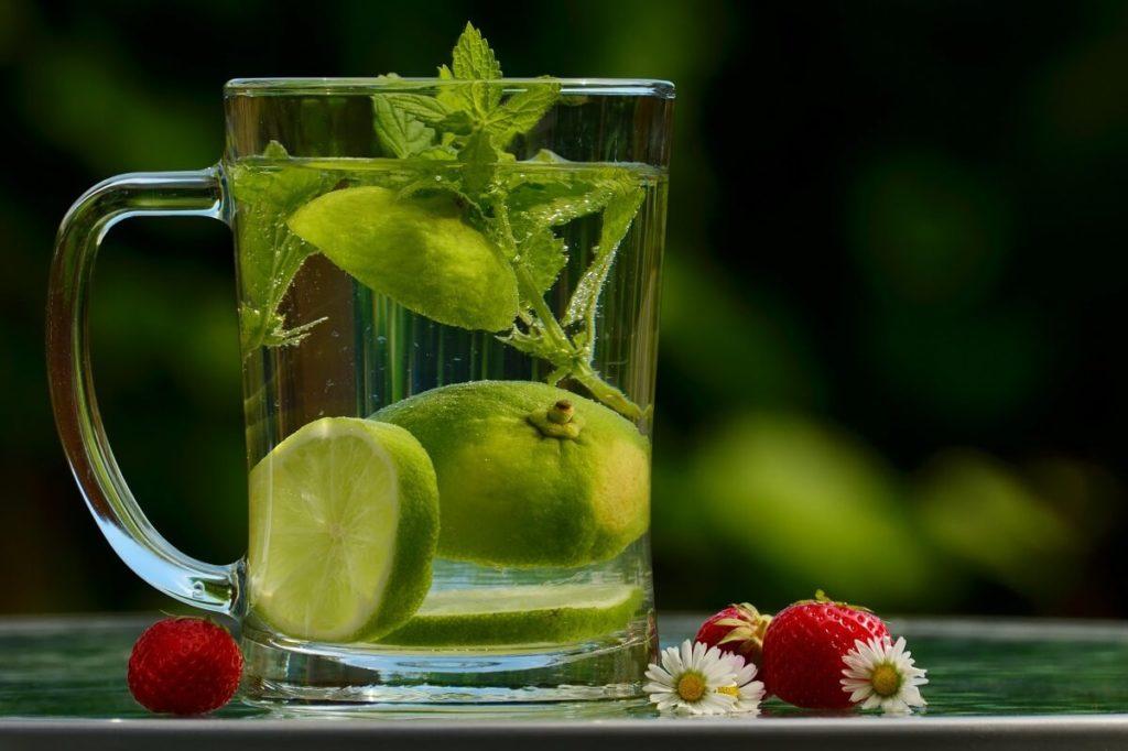 Напиток из мелиссы и лайма в стеклянной кружке