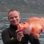 Пойманный морской окунь в руках