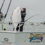 Огромный палтус, пойманный на Аляске