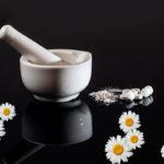 Цветы ромашки лекарственной в ступке
