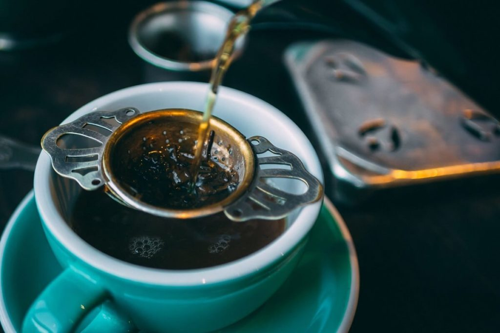 Заваривание чая в чашке