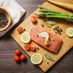 Филе сёмги с овощами на разделочной доске
