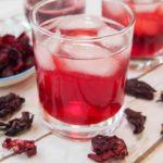 холодный чай каркаде со льдом из высушенных лепестков суданской розы