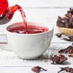 красный чай каркаде в белой чашке