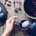 покраска пасхальных яиц чаем каркаде