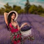 девушка с корзинкой лаванды в поле