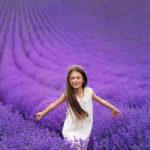 девочка бегущая по лавандовому полю