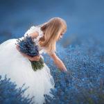 девочка собирает лаванду