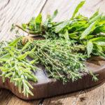 травы-приправы на разделочной доске
