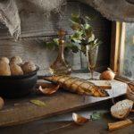 натюрморт с копченой сельдью, хлебом и луком