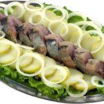 кусочки сельди с картофелем, луком и салатом