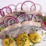 филе селедки с картофелем, луком и зеленью