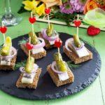 бутерброды с сельдью и солеными огурчиками