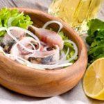 сельдь с лимоном, петрушкой и луком