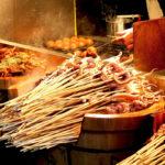 уличная еда, кальмары на палочках