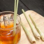 напиток из лимонной травы (лемонграсса) со льдом