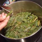 заваривание лимонной травы в кастрюле