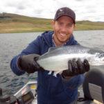 рыбак поймал нерку кокани