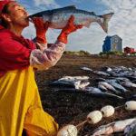 женщина целует рыбу нерку