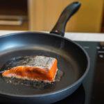 кусочек нерки в сковородке