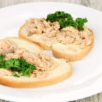 бутерброды с печенью трески и зеленью