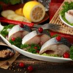 кусочки соленой скумбрии на блюде